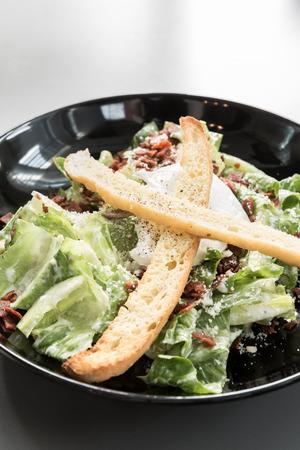 ensalada cesar: Bol de ensalada C�sar verde Foto de archivo