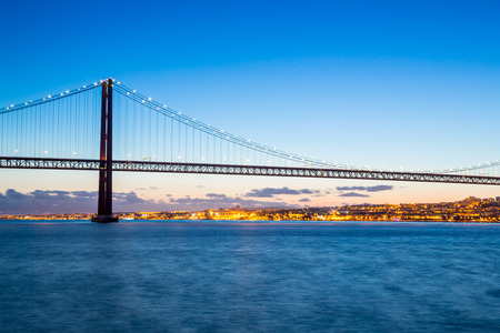 lisbonne: Lisbon cityscape with 25 de Abril suspension Bridge, Portugal at dusk
