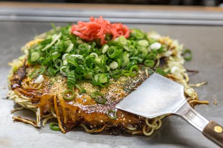 Okonomiyaki japanese style pizza Hiroshima Standard-Bild - 50680729