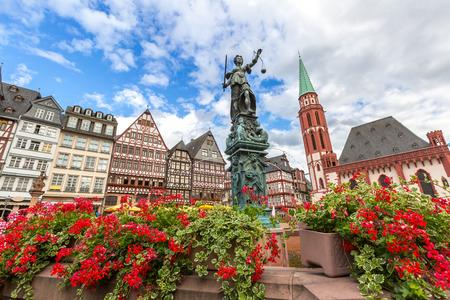 Frankfurt staré město se sochou Justitia. Německo Reklamní fotografie