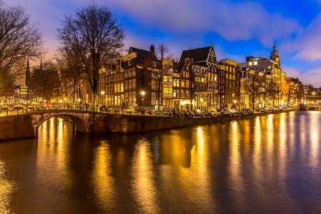 Amsterdam Grachten West side in de schemering Nederland