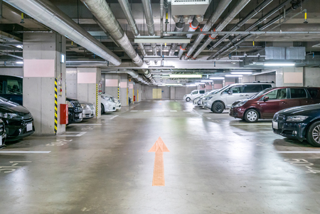 Parking garage underground, interior shopping mall at night 版權商用圖片 - 54115166