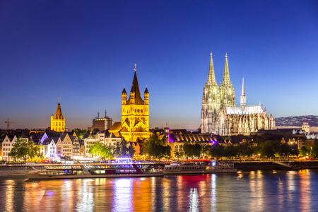 Katedra w Kolonii wraz brzegiem Renu Niemczech. Zdjęcie Seryjne