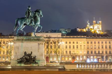 Lyon Place Bellecour standbeeld van Koning Lodewijk XIV 's nachts Frankrijk Redactioneel