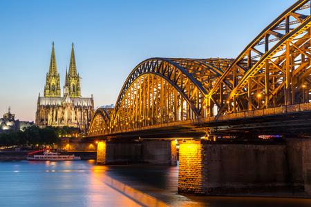 dom: Cathédrale de Cologne et Pont Hohenzollern, Cologne, Allemagne Banque d'images