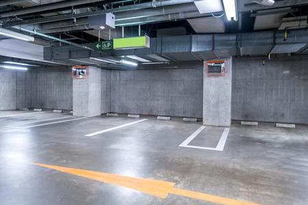 lege parkeergarage ondergronds, interieur winkelcentrum 's nachts Stockfoto