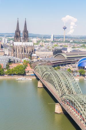 dom: La cathédrale de Cologne vue aérienne, Cologne, Allemagne