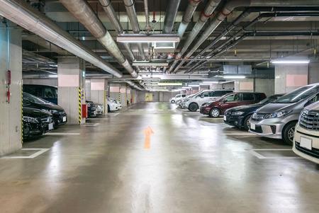 Garage sotterraneo, interno al centro commerciale di notte Archivio Fotografico