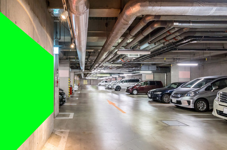 Parkeergarage ondergronds, interieur winkelcomplex 's nachts