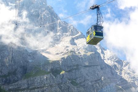 auto Alps Zugspitze alpino cavo a cima della montagna della Germania