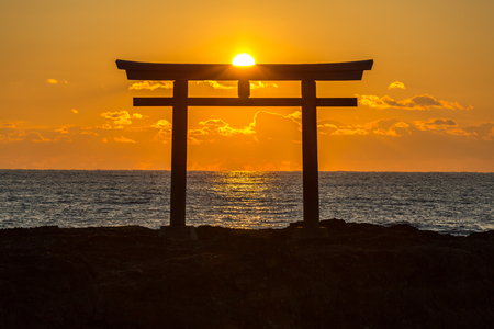 Torii japanischen Schreintor Sonnenaufgang am Meer Oarai Stadt, Ibaraki Japan