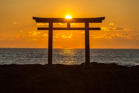 Torii japonesa amanecer Puerta de la capilla en el mar de la ciudad de Oarai, Ibaraki Japón