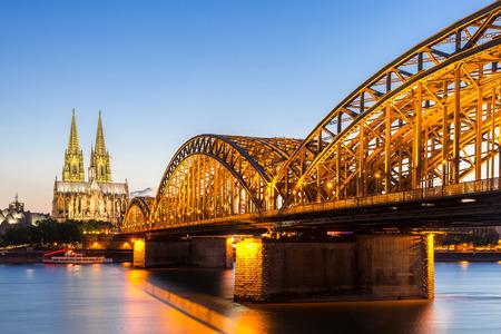 ケルン大聖堂とホーエンツォレルン橋、ケルン、ドイツ 写真素材