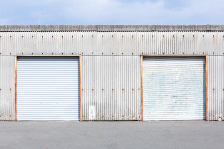 edificio industrial: Unidad de almacenamiento de puerta de persiana o puerta enrollable de uso del edificio de la fábrica para el fondo industrial.