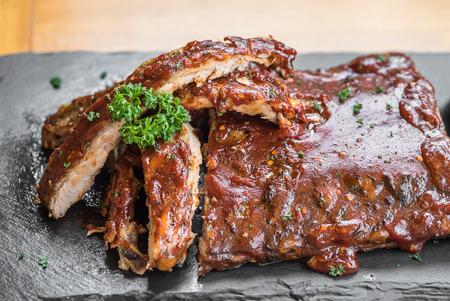 グリル バーベキュー豚肉ベービーバックリブ、クローズ アップ