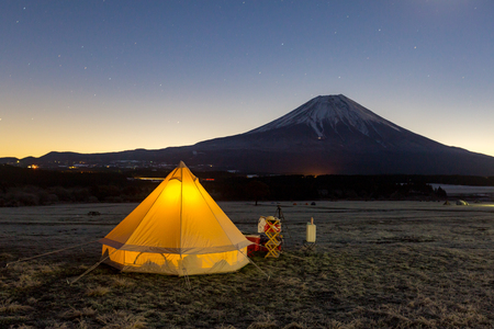 kamperen op de berg Fuji, Japan Stockfoto