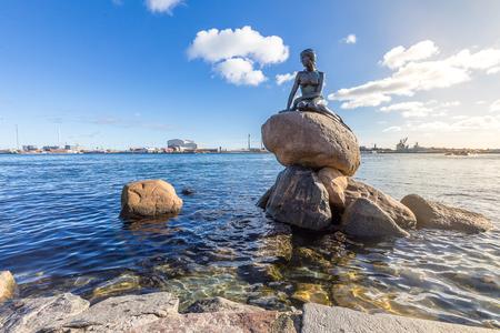 Ansicht der kleinen Meerjungfraustatue in Kopenhagen Dänemark Standard-Bild - 77670208