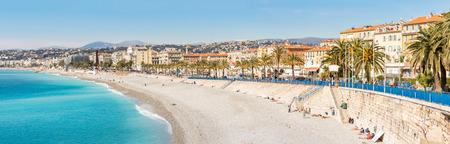 Niza Côte d'Azur Riviera Francia con playa mediterránea mar Panorama Foto de archivo - 80863427