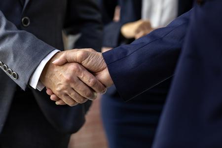 Uścisk dłoni dla transakcji biznesowych Fuzje i przejęcia Zbliżenie Zdjęcie Seryjne