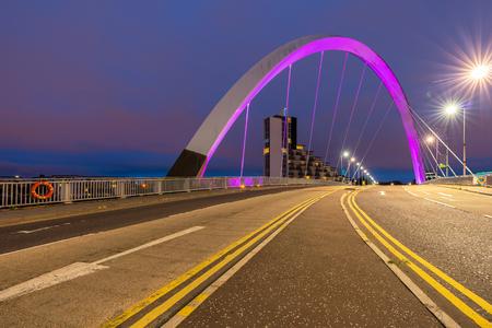 Clyde Arc Bridge entlang des Flusses Clyde Sonnenuntergang in der Dämmerung in Glasgow City Scotland UK.