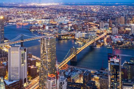 Vista aérea del puente de Brooklyn y el puente de Manhattan con el edificio de rascacielos del paisaje urbano de Brooklyn desde el Bajo Manhattan en la ciudad de Nueva York Estado de Nueva York NY, EE.