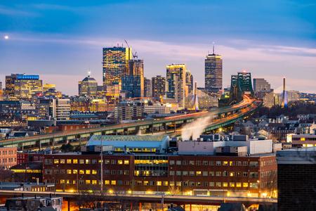 Paisaje urbano de Boston con sendero de la autopista a Boston MA USA en la noche. Foto de archivo