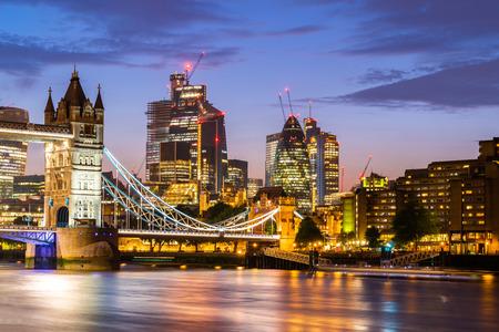 London Tower Bridge mit London Innenstadt Skylines Gebäude im Hintergrund, London UK.