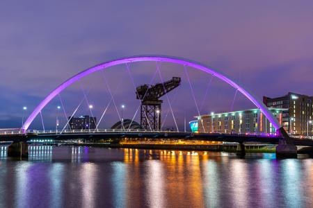 Clyde Arc Bridge wzdłuż rzeki Clyde Zmierzch Zachód słońca w Glasgow w Szkocji w Wielkiej Brytanii.
