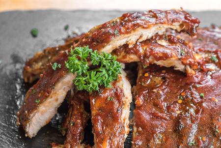 Côtes levées de dos de porc grillé au barbecue, Close up Banque d'images