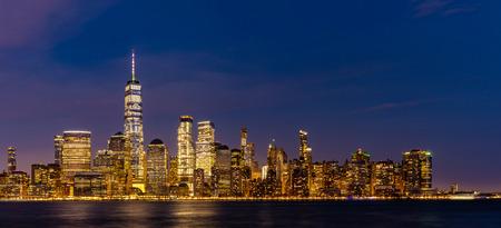 New York City Lower Manhattan Skyline Stadtbild in der Abenddämmerung von New Jersey.
