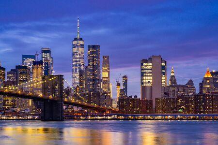 Brooklyn Bridge mit Wolkenkratzern in Lower Manhattan für New York City im Staat New York NY, USA