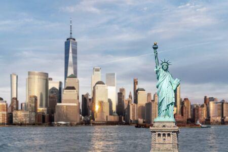 Statua della Libertà con lo sfondo del paesaggio urbano dell'orizzonte di Manhattan di New York City al tramonto dal New Jersey.