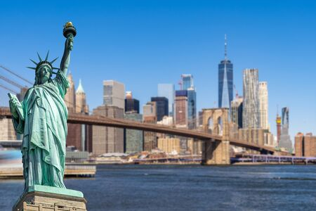 Statue of Liberty with background of Brooklyn bridge and Lower Manhattan skyscrapers bulding for New York City in New York State NY , USA Stockfoto - 133151083