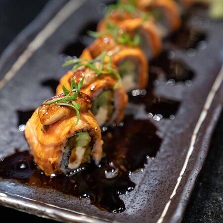 Rollo de foie gras de salmón, comida fusión de la cocina japonesa.
