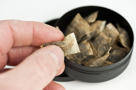 tabaco: Una mano agarrando una pizca de tabaco