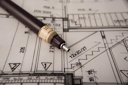 dibujo tecnico: plan arquitect�nico, t�cnico del proyecto, dibujo t�cnico cartas, cerrar, arquitecto en el trabajo, divisor tendido sobre el plan de arquitectura, planificaci�n de dise�o de interiores en papel---m�s en mi cartera