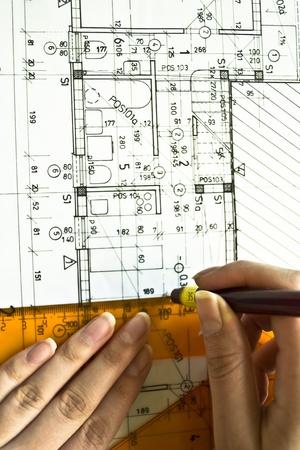 건축 계획, 기술 편지를 드로잉하는 기술 프로젝트를 닫습니다, 직장에서 건축가, 건축 계획에 누워 분배기, 종이 --- 더 내 디자인에 인테리어 디자인 스톡 콘텐츠