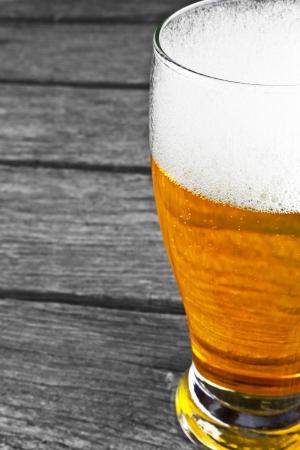 木製の背景にビール