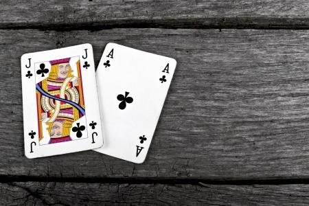 오래된 빈티지 나무 보드 에이스와 잭 블랙 잭 카드