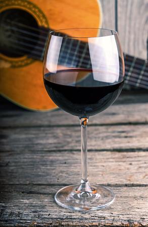 나무 테이블에 기타와 와인 스톡 콘텐츠
