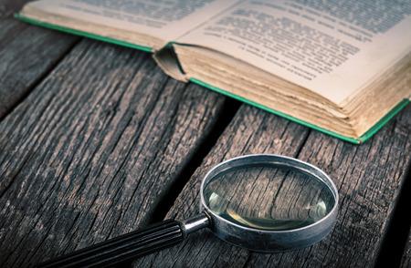 빈티지 나무에 오래 된 책과 돋보기