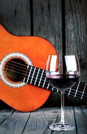 bailando flamenco: El vino y la guitarra en una mesa de madera de la vendimia de fotos retro Foto de archivo