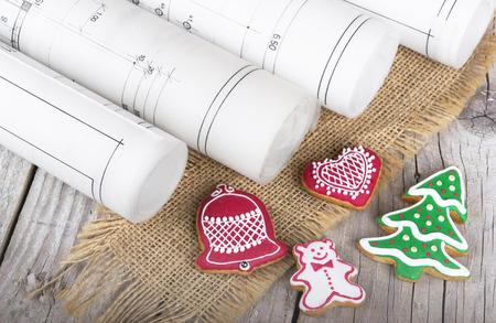 建築設計図のプロジェクトとクリスマスのジンジャーブレッド 写真素材