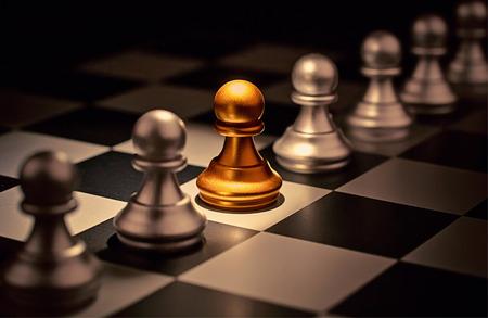 群衆個性概念奇数のチェスの駒の外に立つ
