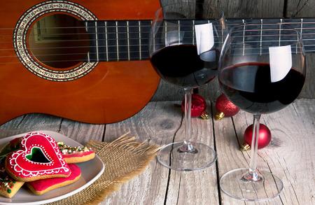 크리스마스 진저 기타와 와인 낭만적 인 새해 배경