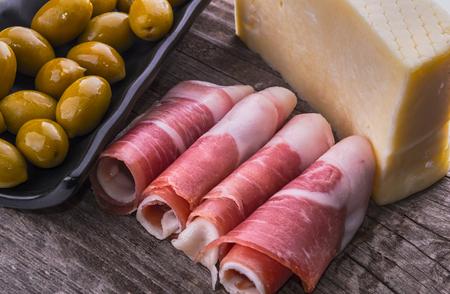 Jamón jamón queso de oliva delicadeza Foto de archivo - 45942737