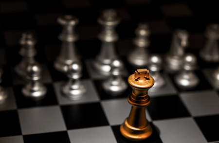 Soporte fuera de un concepto de multitud individualidad Impar Pieza de ajedrez Foto de archivo