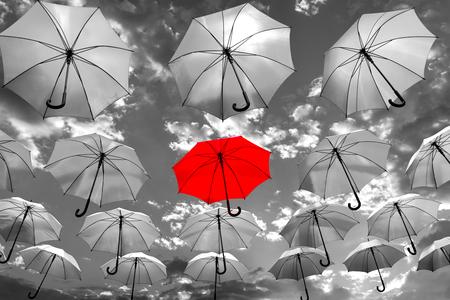 群衆の中のユニークなコンセプトから目立つ傘