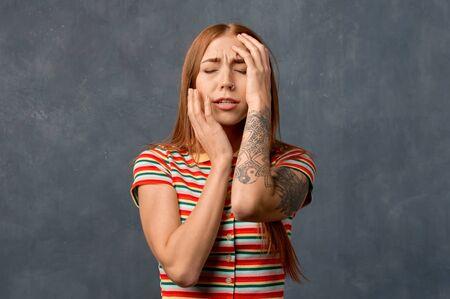 Belle fille aux cheveux roux isolée sur le mur Banque d'images