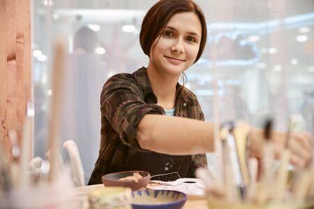 fille sculptant des plats en argile assiettes inhabituelles faites à la main